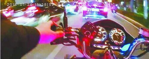 民警驾驶警用摩托车将小轿车截停