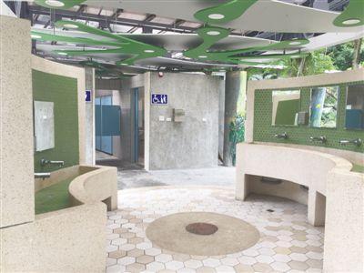 台北象山公园公厕内景。