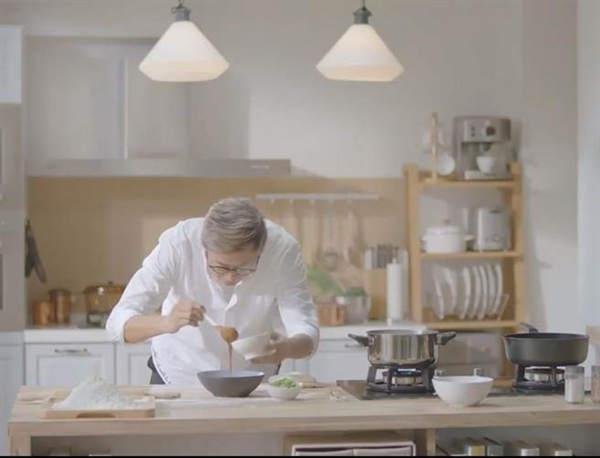 王伟忠边下厨边回忆当年的眷村菜。