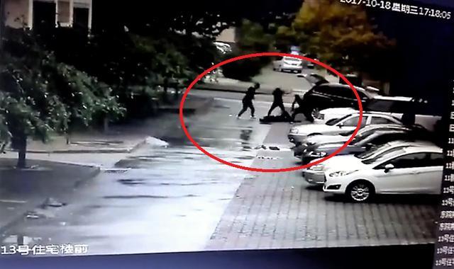 张毅被殴打的监控画面