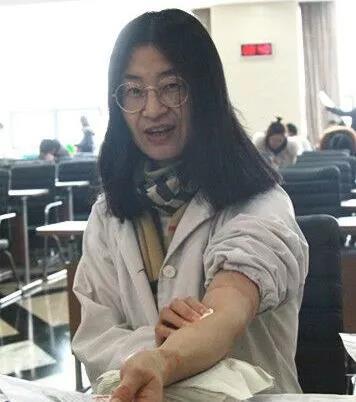 方便门诊的邹娟芬医生是年龄最大的一位献血者
