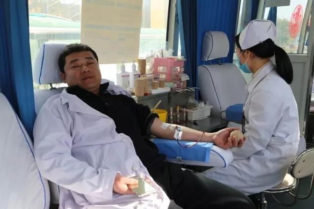 宿迁市中医院张正雨主任正在献血