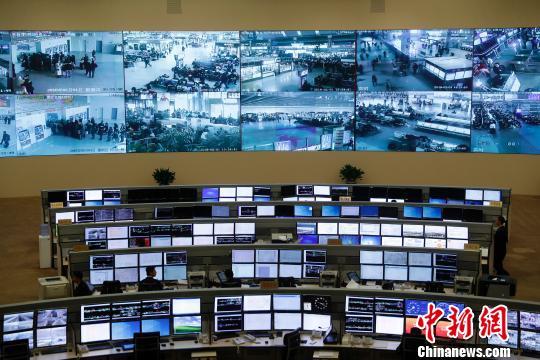 """2月1日,2018年""""新春走基层""""大型主题采访活动正式启动。图为全国铁路调度指挥中心。 刘关关 摄"""