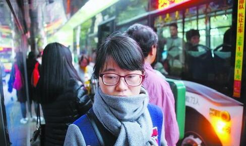 昨天厦门低温,行人裹紧围巾御寒。