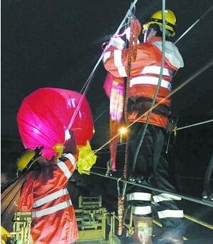 末班列车通行后,工作人员申请停电拆除气球。