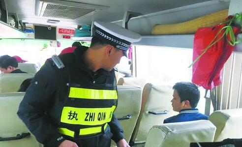 执法人员重点排查客运车辆是否遵守安全行车规定
