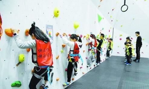 龙景攀岩俱乐部内,孩子们正在学习攀岩。