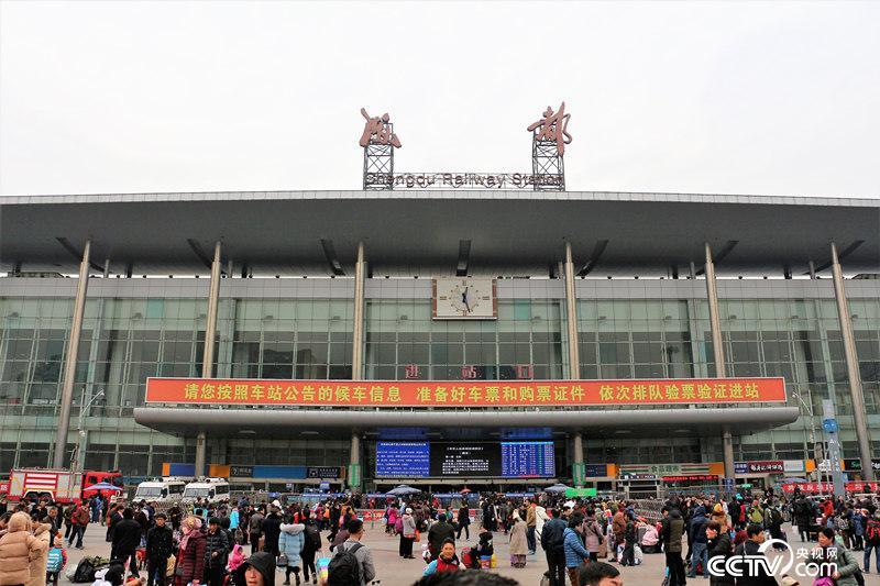 春运首日,成都东站外广场人潮涌动,但并未出现大面积排队现象。(何川/摄)