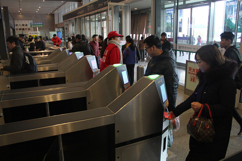 """西安北站,旅客正在使用""""刷脸""""系统进站。(图片由西安北站提供)"""