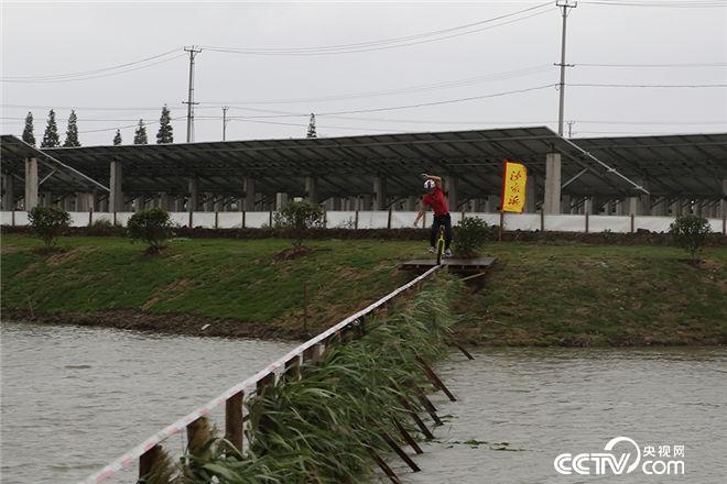 """高手在民间:独轮车王子""""挑战独轮骑行50米水上角钢桥,你见过吗?"""