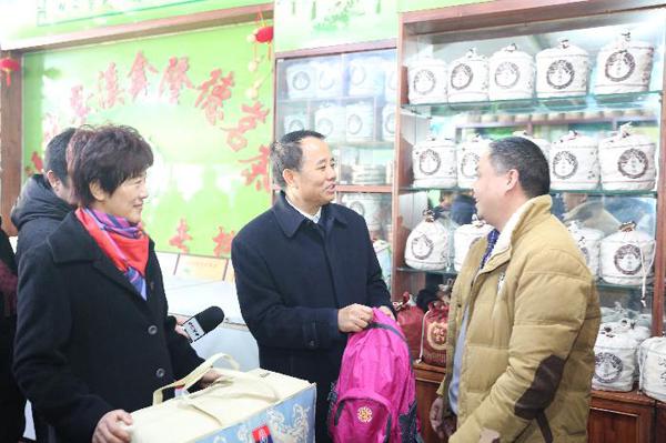 王培安副主任慰问流动人口商户并赠送健康包