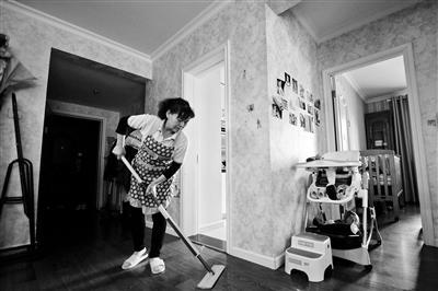来自山西吕梁的家政服务员蔡莲香今年选择在北京过年,她平日里的工作主要是帮着干家务、照顾两个幼儿,春节期间一个月可以比平时多挣一两千元。摄影/北京青年报记者 魏彤