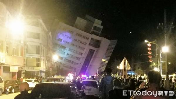 """花莲统帅饭店倒塌。(图片来源:台湾""""东森新闻云"""")"""