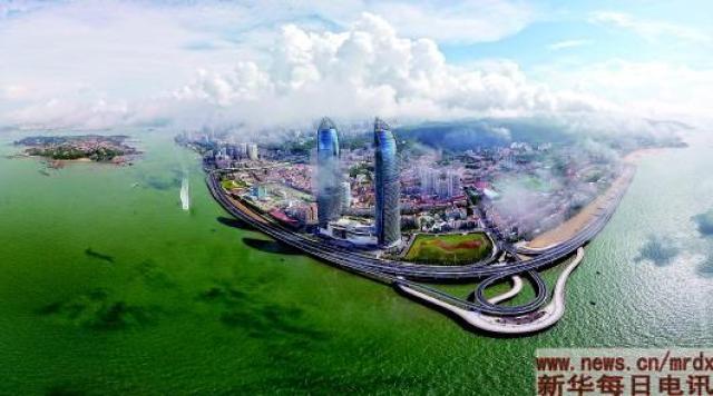 这是厦门演武大桥沿线及鼓浪屿(拼接照片)。(新华社记者姜克红 摄)