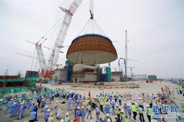 2017年5月25日,福清核电5号机组在进行穹顶吊装。(新华社记者 姜克红 摄)
