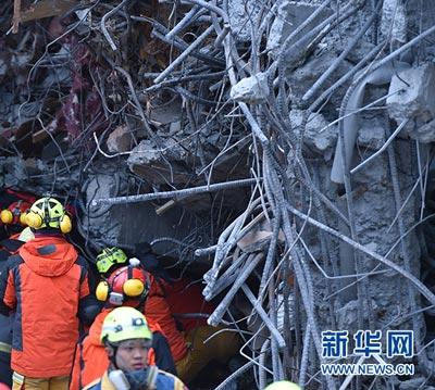 2月7日,救援人员在一处倒塌建筑前救援。新华社记者 岳月伟 摄