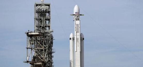 SpaceX的猎鹰重型火箭等待发射