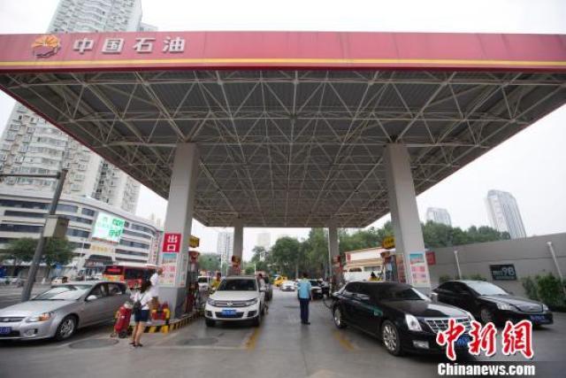 中新网资料图:山西太原,车辆正在加油站加油。(张云 摄)