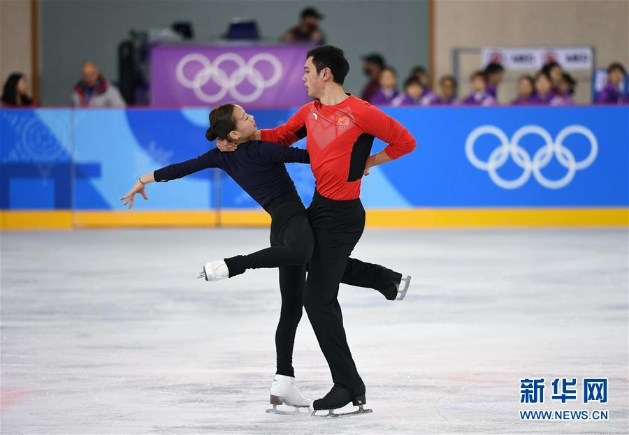 2月7日,中国花样滑冰队队员彭程(左)、金杨进行赛前训练。当日,中国花样滑冰队在韩国江陵冰上运动场展开训练,备战即将开幕的2018平昌冬奥会。 新华社记者鞠焕宗摄