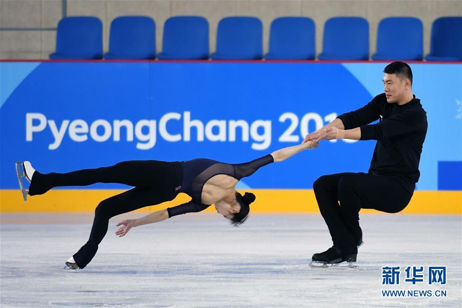 2月7日,中国花样滑冰队队员于小雨(左)、张昊进行赛前训练。 新华社记者鞠焕宗摄