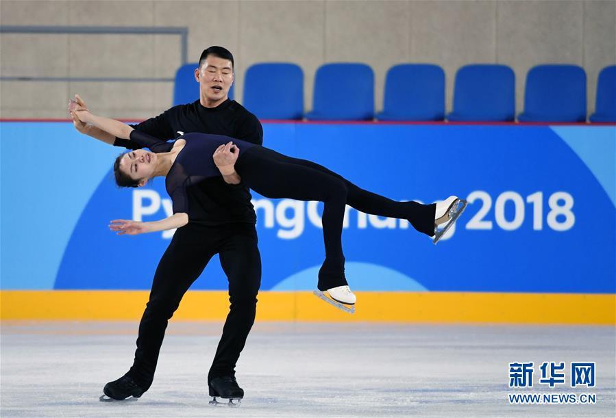 2月7日,中国花样滑冰队队员于小雨(前)、张昊进行赛前训练。 新华社记者鞠焕宗摄