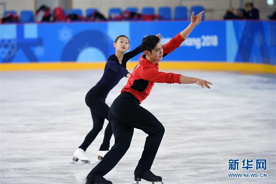 2月7日,中国花样滑冰队队员彭程(后)、金杨进行赛前训练。 新华社记者鞠焕宗摄
