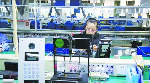 厦门立林科技有限公司加快转型升级。图为公司产品检测线。