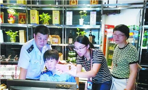 检查人员对公款消费白酒情况进行检查