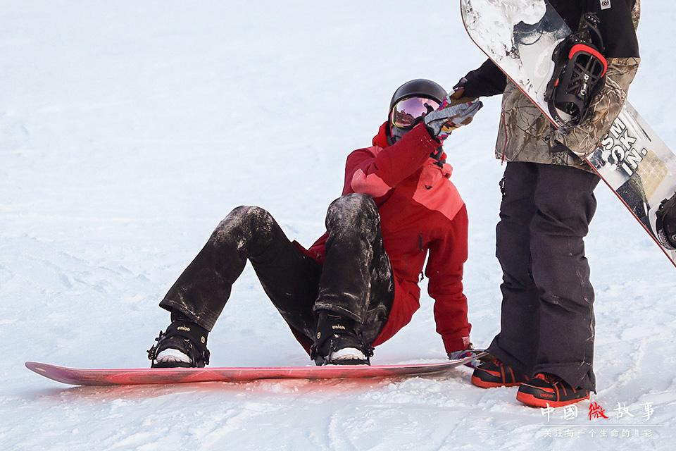 豆豆摔倒在地,子云上前将她拉起来。学习滑雪难免会摔跤,子云常鼓励豆豆把摔跤当成一种磨练意志的方式。