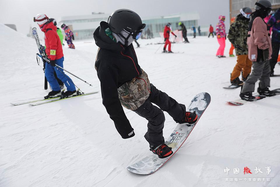 接触滑雪的时间更长,子云掌握了更多的高难度动作。