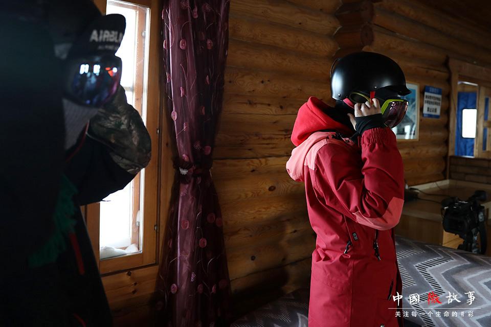 滑雪有一定的危险性,子云和豆豆进入雪场前,会仔细检查装备,确保安全。