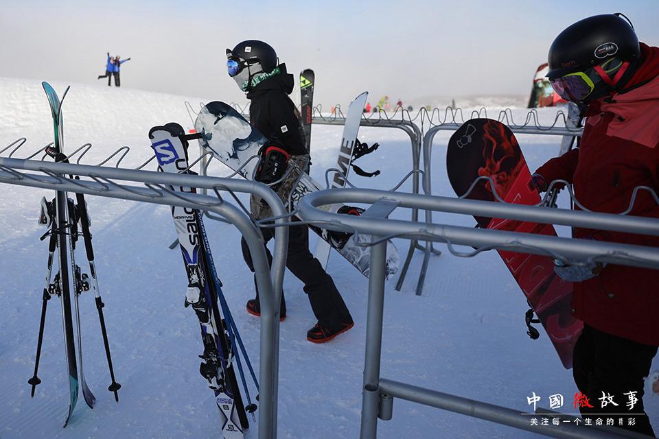 抱着雪板,子云和豆豆向高级雪道进发。受子云的鼓动,豆豆也学的是单板。作为一项比较年轻的运动项目,单板滑雪既有冲浪的自由洒脱,又有滑板的刺激震撼,快感也会随着速度飙升。