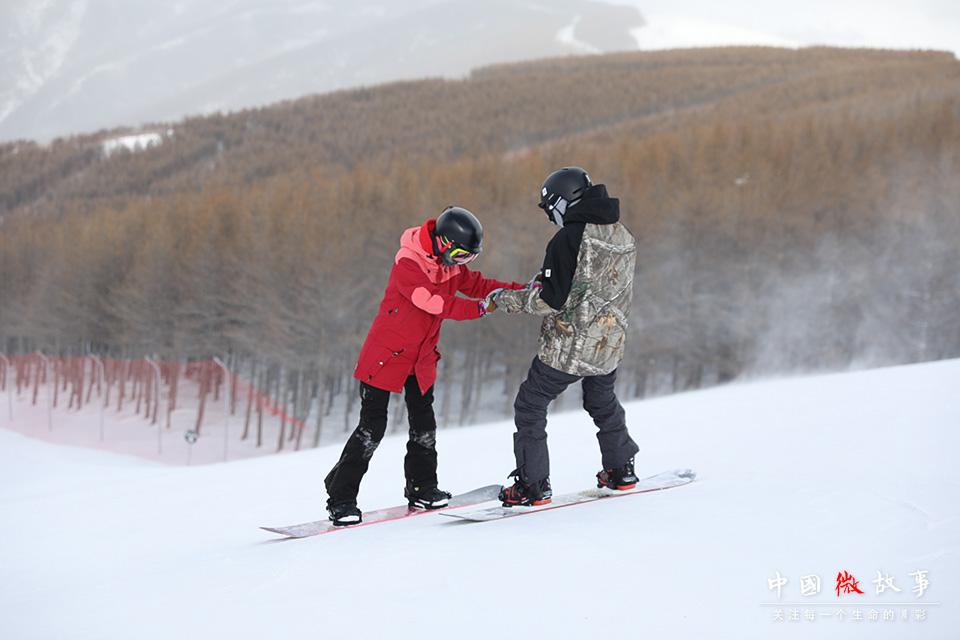 子云和豆豆,一个从事金融工作,一个在视频网站上班。子云平时经常出差,每周末的滑雪之旅既是他们共同的喜好,又是他们难得的相聚时光。