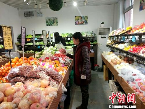 北京居民在购物。中新网记者 李金磊 摄