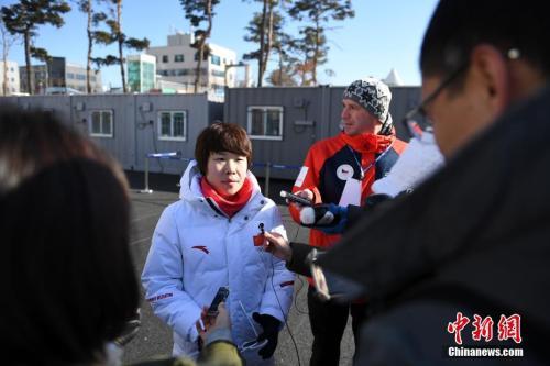 周洋接受媒体采访。 中新社记者 崔楠 摄