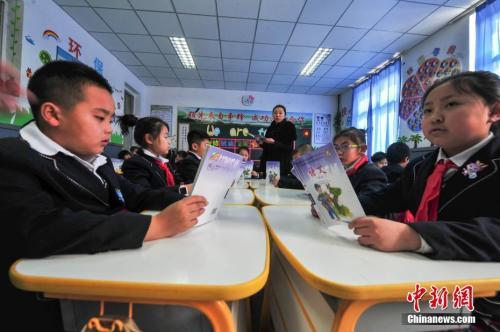 资料图:学生在教室上语文课。中新社记者 于海洋 摄