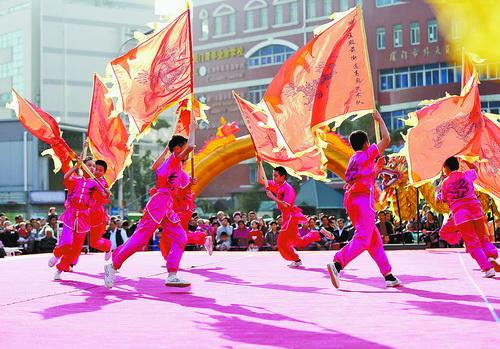 ▲高殿社区书院精彩不断,宋江阵课堂传承中华传统文化。