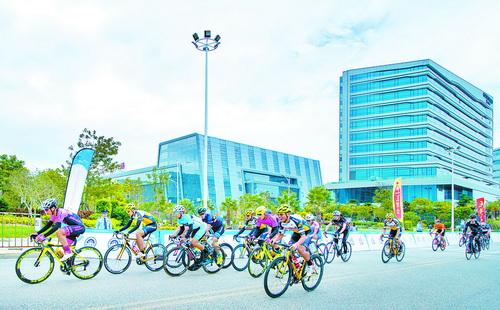 活力殿前,一场自行车比赛正激情上演。