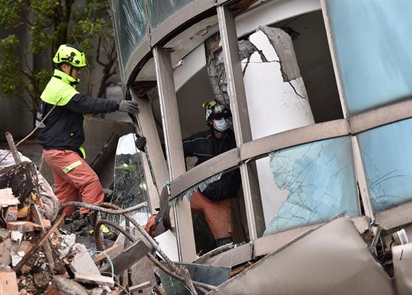救援人员进入倾倒的花莲云门翠堤大楼现场进行救援。新华社 图