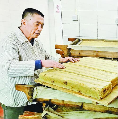 吴民祝按店里规矩,仔细检查咸粿的软硬度。