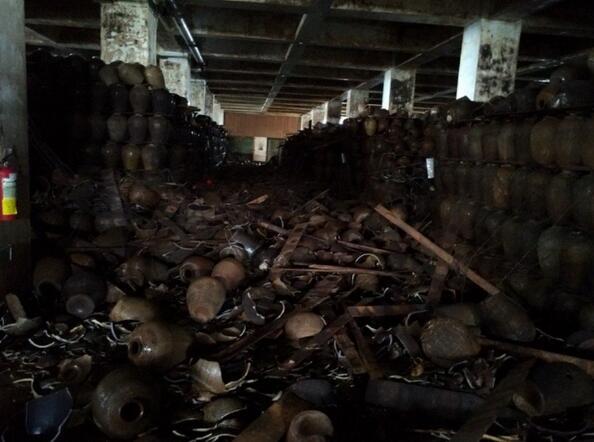 花莲地震致酒厂惨赔2亿,25年陈酿绍兴酒瓮碎满地。