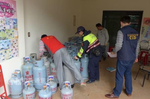 当地警察对清出的瓦斯桶逐一清点造册(花莲县警察局提供)