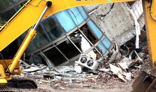 2月6日晚,台湾花莲市发生6.5级地震。图为云门翠堤大楼在地震中受损严重。
