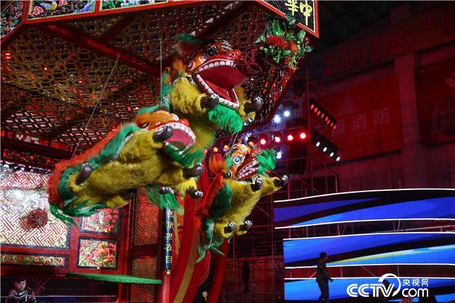 现场惊现线狮表演,七十多斤重的狮子满天飞?