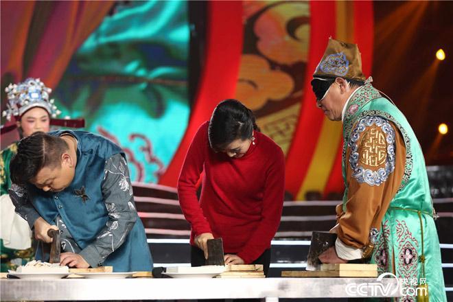 禄仙蒙眼与主持人、嘉宾上演切糕大比拼,究竟谁的速度更快,切片更薄更均匀?