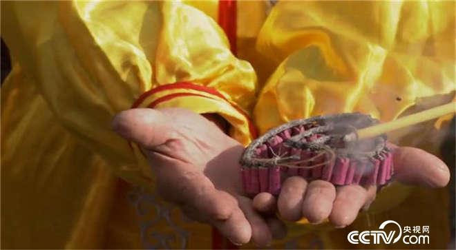 福建武平:庆新年,鞭炮捧在手里放?