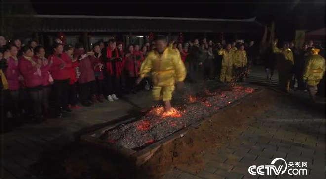 福建武平:赤脚跑过10米火海