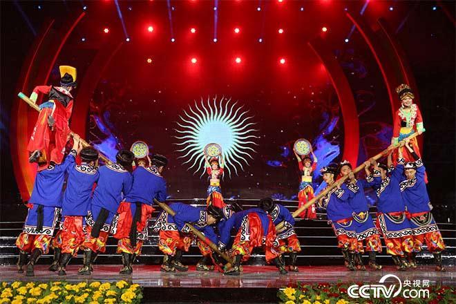 北川羌族少男少女带来原生态舞蹈