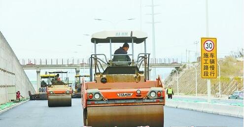 海翔大道海沧段提升改造工程在做最后的沥青摊铺施工。