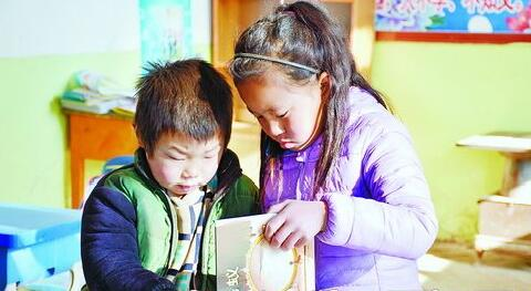 """""""书送未来,阅爱东乡""""班班有个图书角捐建活动让孩子受益。"""
